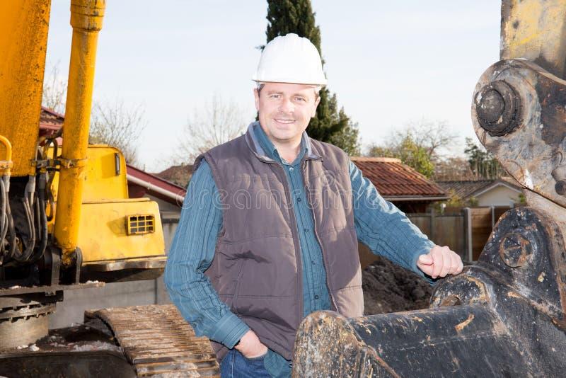 riendly e trabalhador de sorriso do homem da construção no local do trabalho imagens de stock royalty free