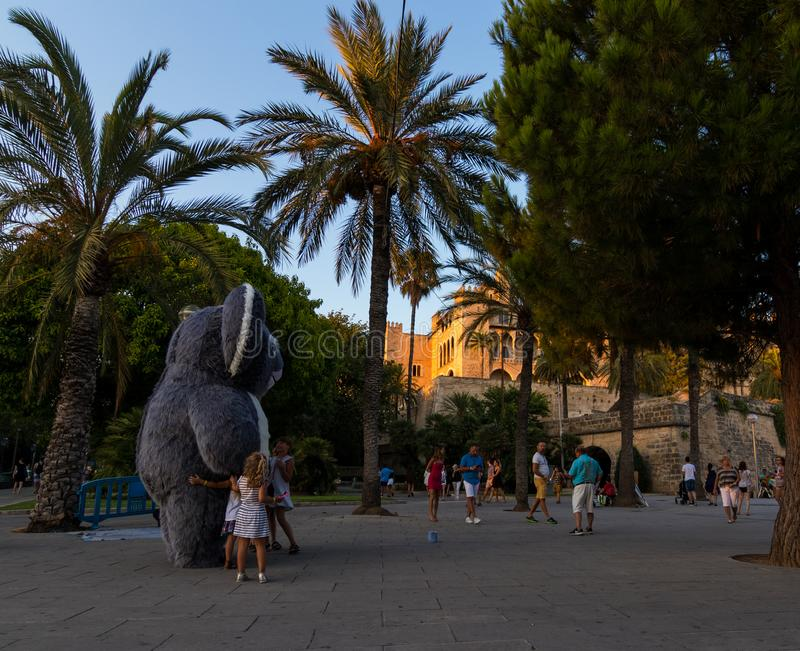 Riese füllte Koala mit Kindern in historischer im Stadtzentrum gelegener Palma de Mallorca an stockbilder