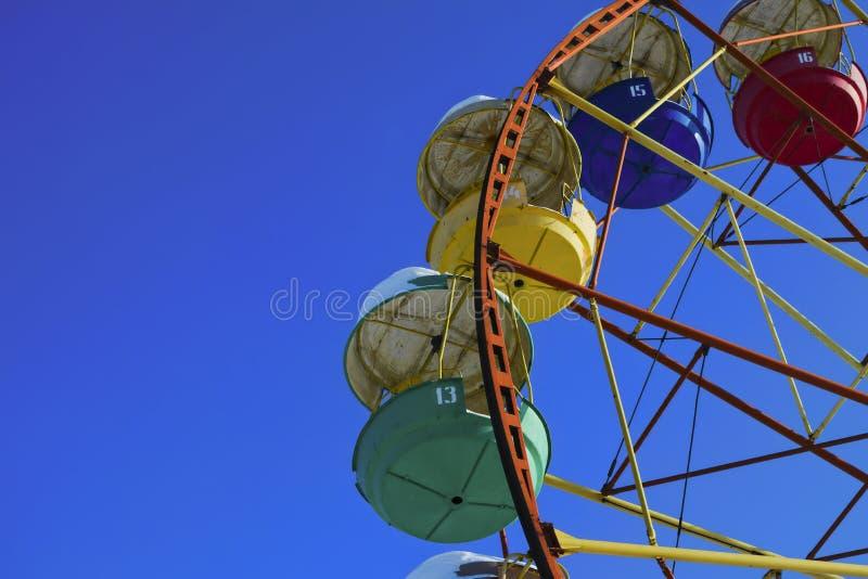 Riesenrad auf einen Hintergrund des blauen Winterhimmels stockfotografie