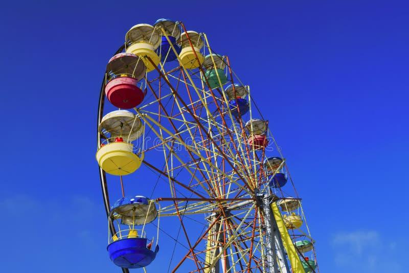 Riesenrad auf einen Hintergrund des blauen Winterhimmels lizenzfreie stockfotos