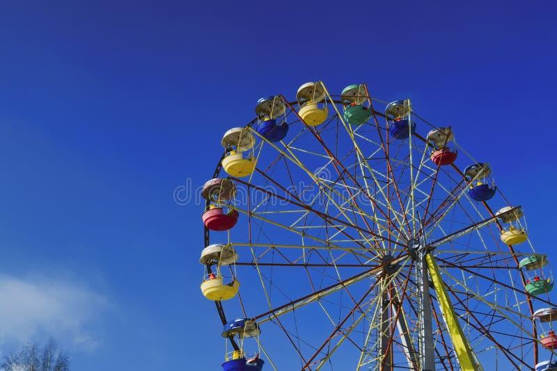 Riesenrad auf einen Hintergrund des blauen Winterhimmels lizenzfreie stockfotografie