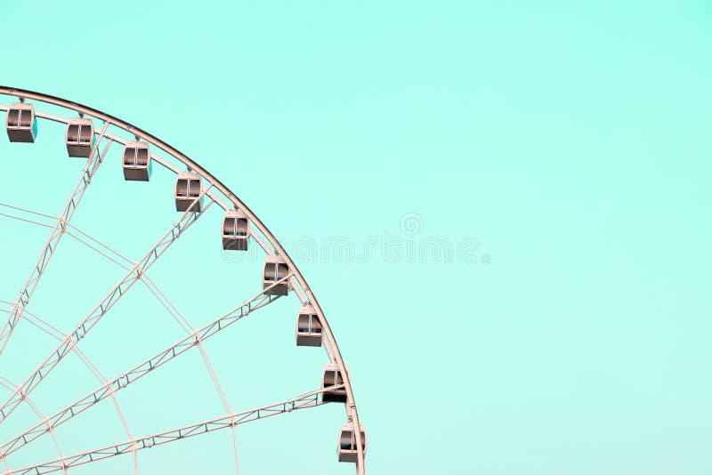 Riesenrad auf Türkis stockfoto