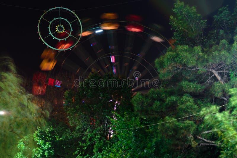 Riesenrad dreht sich nachts Eriwan, Armenien stockfotos