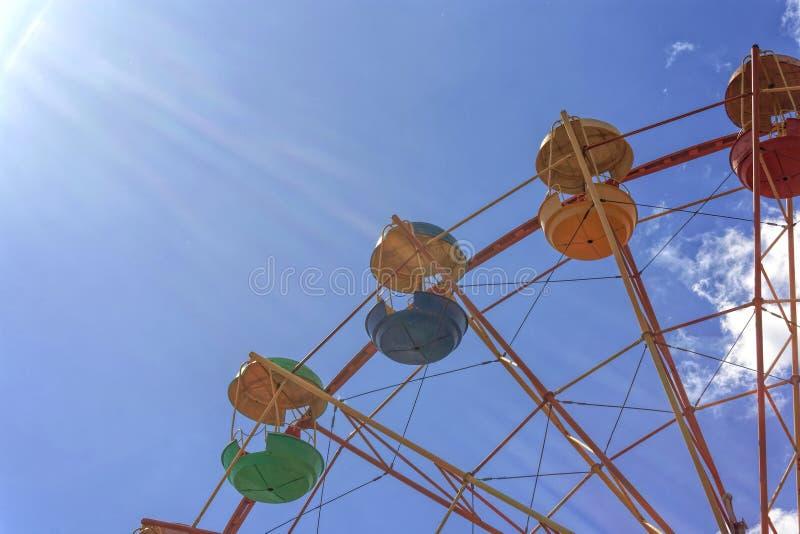 Riesenrad gegen den blauen Himmel stockbild