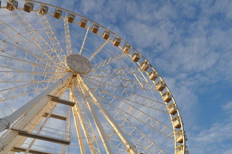 Riesenrad gegen den blauen Himmel lizenzfreies stockbild