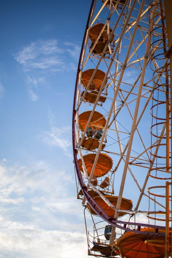Riesenrad gegen den Himmel lizenzfreies stockbild