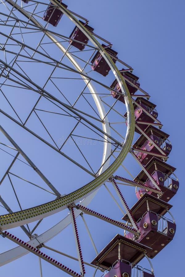 Riesenrad gegen den Himmel stockbilder