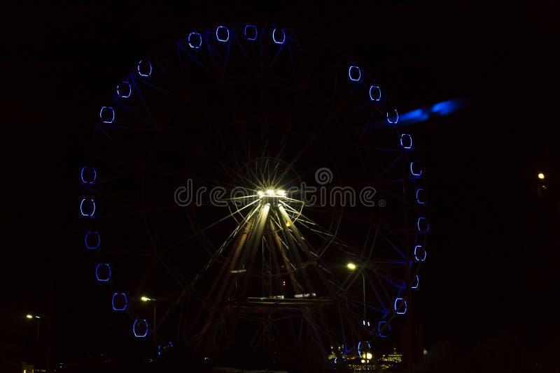 Riesenrad glüht nachts stockfotografie