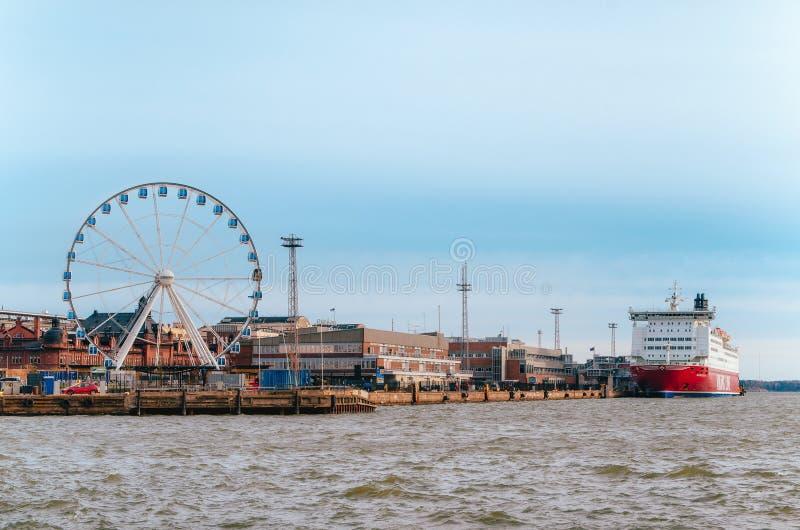 Riesenrad, Hafen und Kreuzfahrt setzen in Helsinki, Finnland über lizenzfreie stockbilder