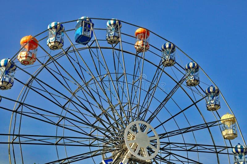 Riesenrad herein blauen Himmel stockbild