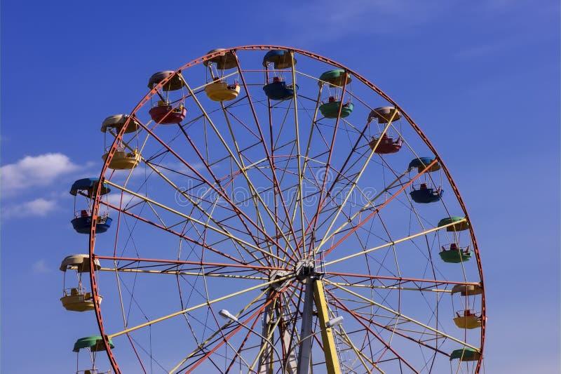 Riesenrad herein den Park gegen blauen Himmel lizenzfreies stockfoto