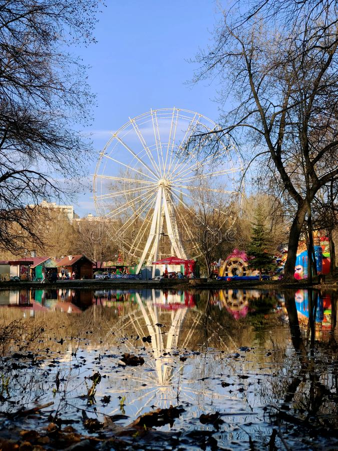 Riesenrad herein Park von genanntem Yuri Gagarin in der Stadt von Samara lizenzfreie stockbilder