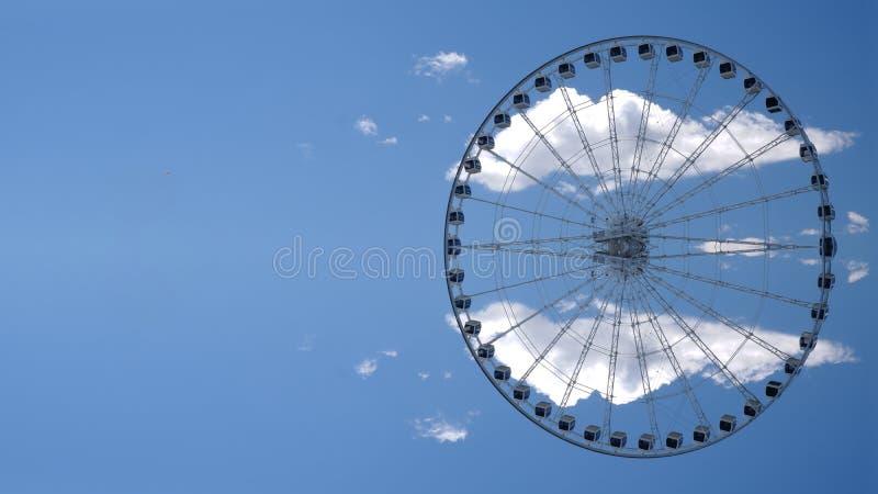 Riesenrad innen den Himmel lizenzfreies stockbild