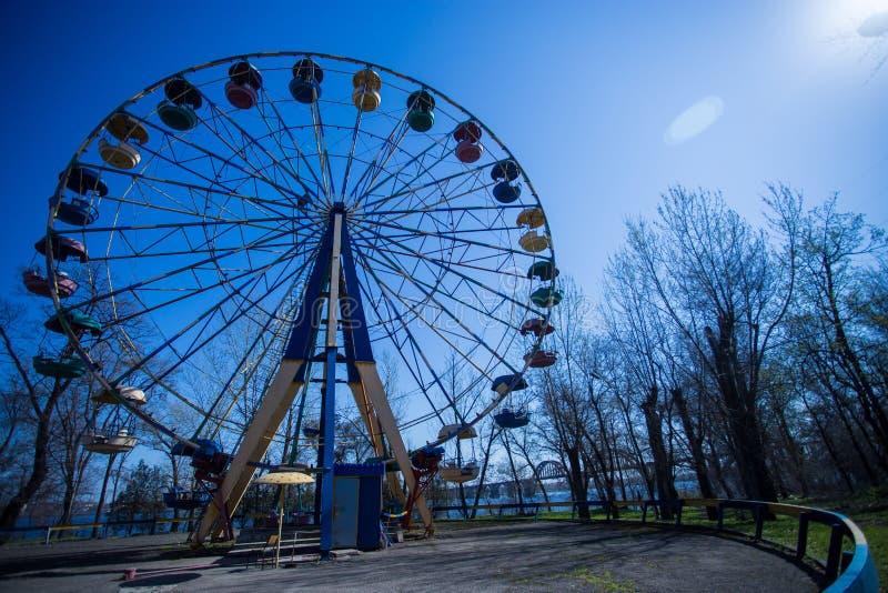 Riesenrad mit blauem Himmel stockfotos