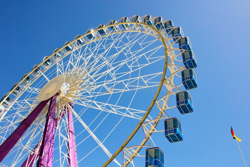 Riesenrad mit blauen Kabinen in Deutschland lizenzfreies stockbild