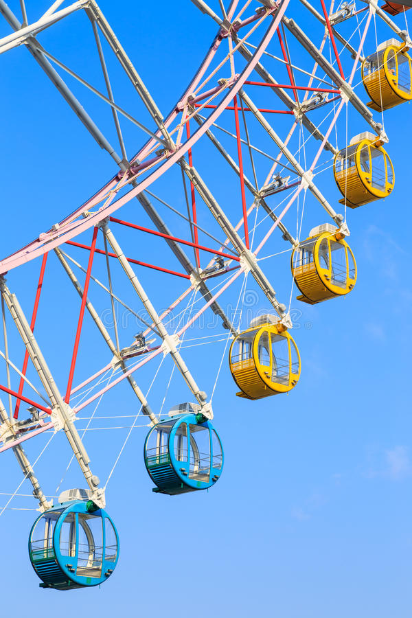 Riesenrad mit bunten Körben auf Hintergrund des blauen Himmels stockfotografie