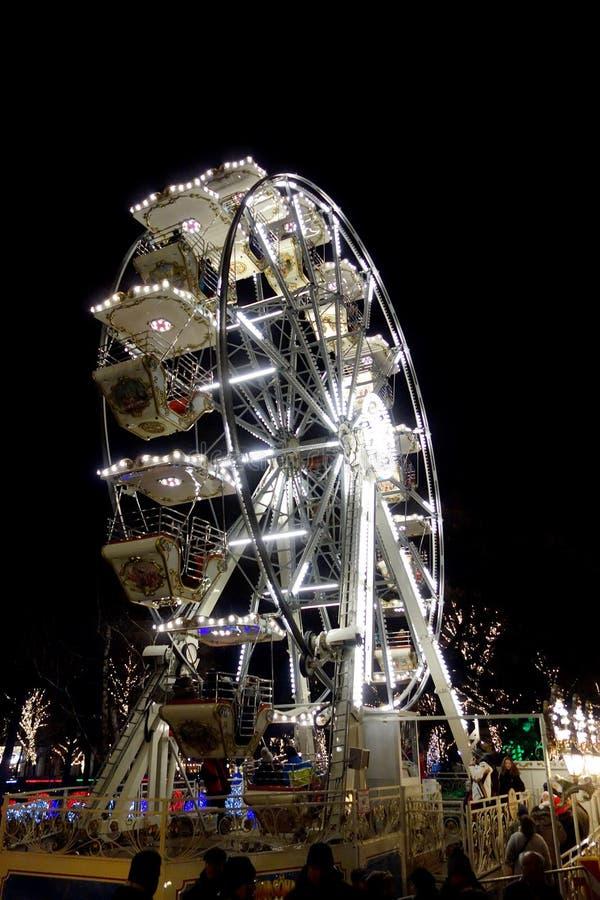 Riesenrad nachts im Weihnachten lizenzfreie stockfotos