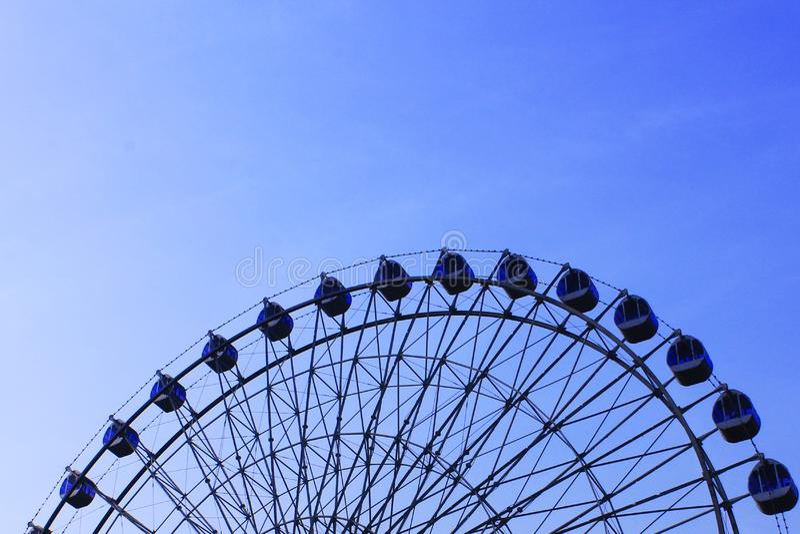Riesenrad und der blaue Himmel lizenzfreies stockbild