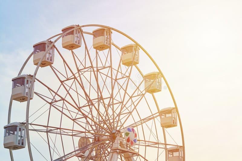 Riesenradkarussell über Himmel mit einem Sonnenlicht lizenzfreies stockfoto