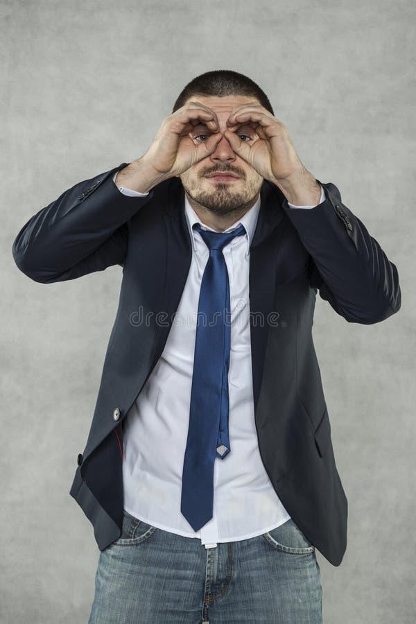 Riesgo del espía, vidrios de espía con las manos imágenes de archivo libres de regalías