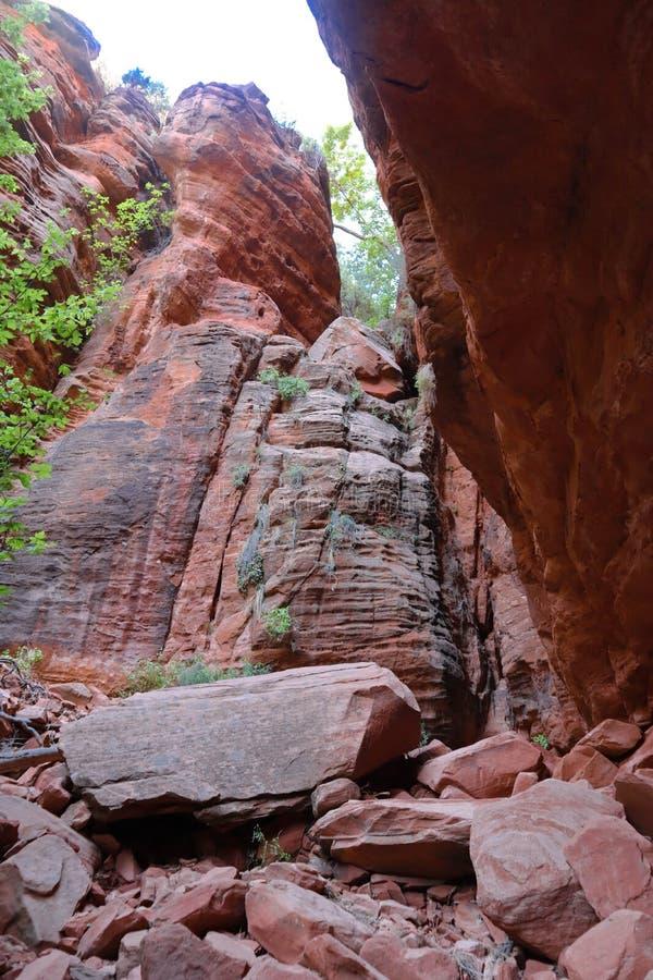 Riesige Flusssteine auf der Spur stockfoto