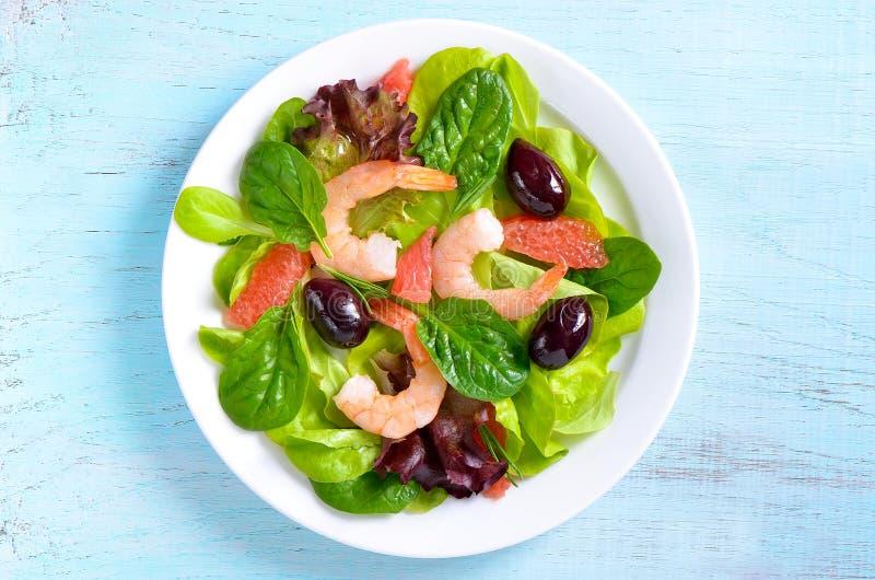 Riesige Garnele mit Hecks, Kopfsalat, Tomate und heller Behandlung stockbild