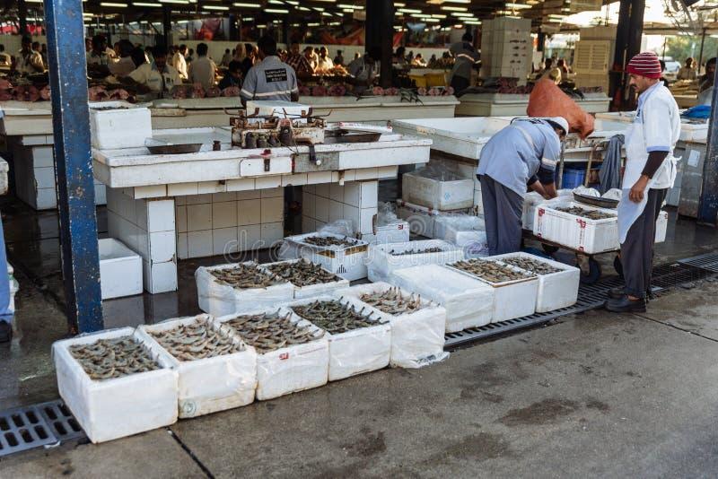 Riesige Garnelenverkäufer verkaufen Garnelen im Schaumkasten an halb-im Freien, Freilichtmeeresfrüchtemarkt nahe Palme Deira-Metr stockfoto