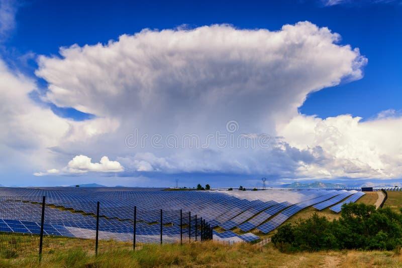 Riesige Gewitterwolke über Solarkraftwerk in Provance, Franc stockfotos