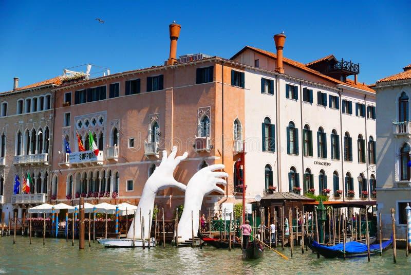 Riesige Hände, die vom Wasser, Venedig, Italien steigen stockbild