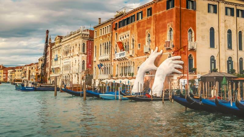 Riesige Hände gestalten von Grand Canal in Venedig, Italien lizenzfreie stockbilder