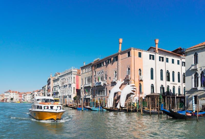 Riesige Hände von Venedig-` s Grand Canal stockfotos