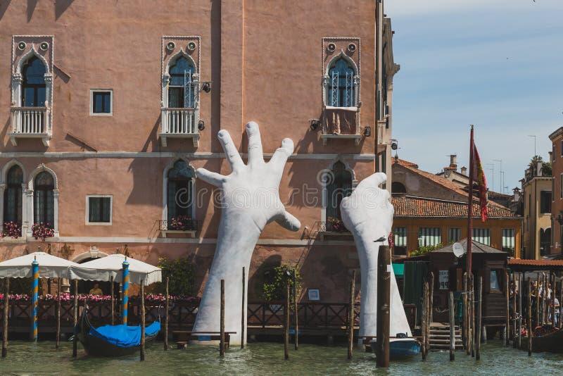 Riesige Handskulptur auf Grand Canal, das Aufmerksamkeit auf Klimawandel lenkt stockbilder