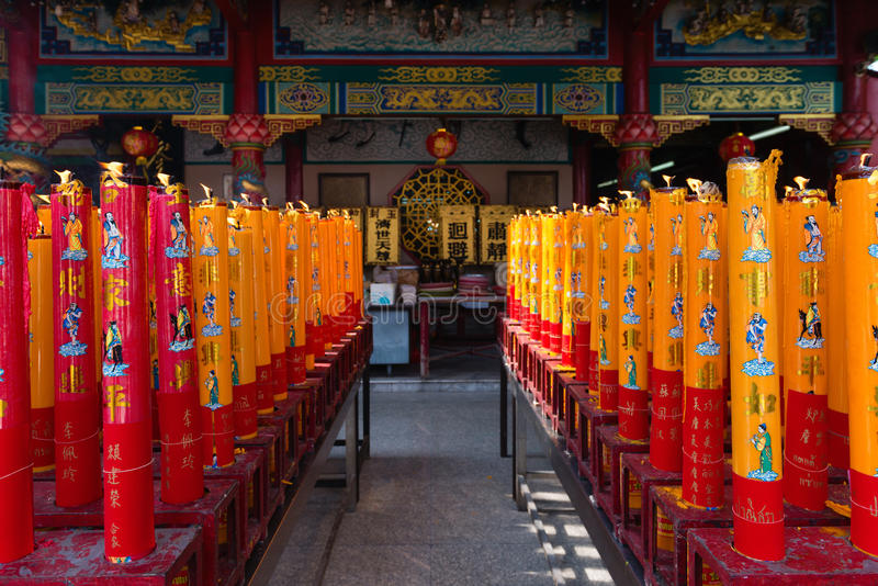 Riesige Rot-und Goldkerzen beleuchteten auf einem chinesischen SH Tempel des Altars lizenzfreies stockbild