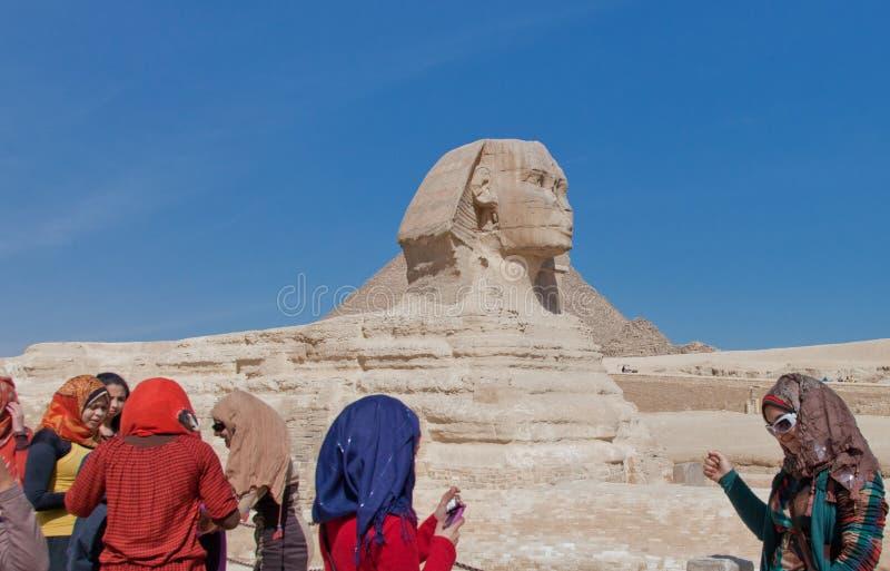 Riesige Sphinx mit Touristen stockfoto