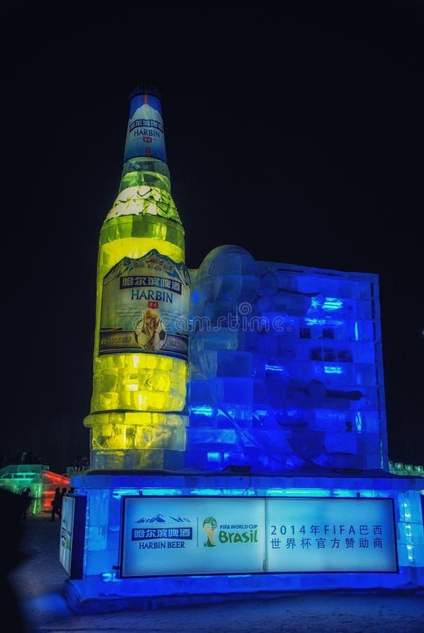 Riesige Werbungsflasche der chinesischen Marke des Bieres am Harbin-Eis-u. Schnee-Weltfestival stockfotos