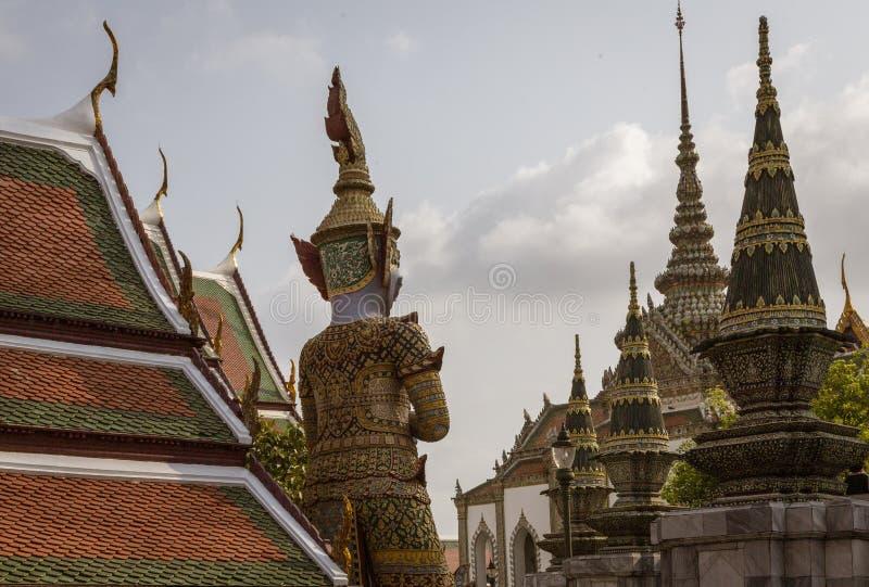 Riesige Yaksha-D?mon-Statue, die Grand Place in Bangkok, Thailand sch?tzt stockfoto