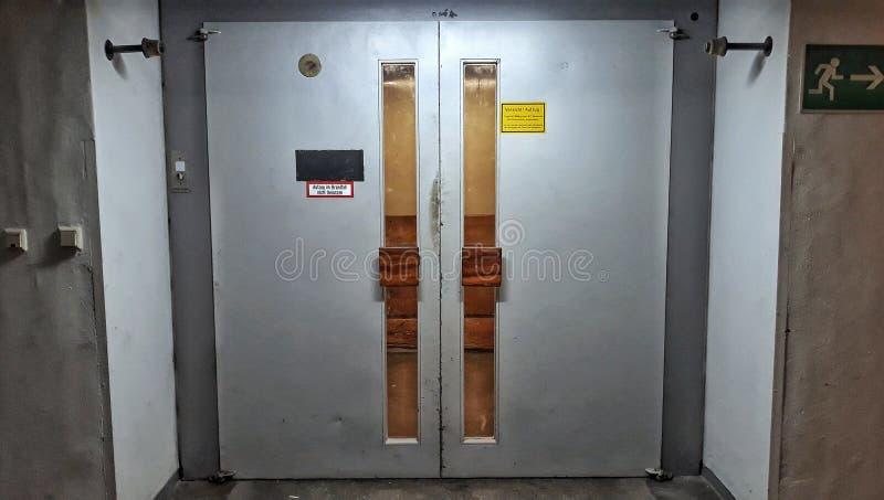 Riesiger Aufzug eines Wolkenkratzers u. des x28; für ein Maximum von 17 persons& x29; lizenzfreie stockfotos