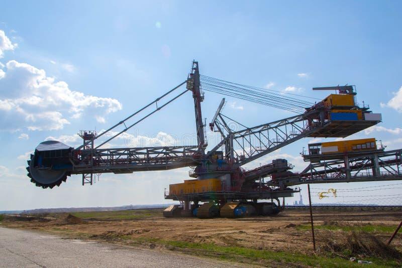 Riesiger Bagger Kontrollturm auf blauem Himmel stockfoto