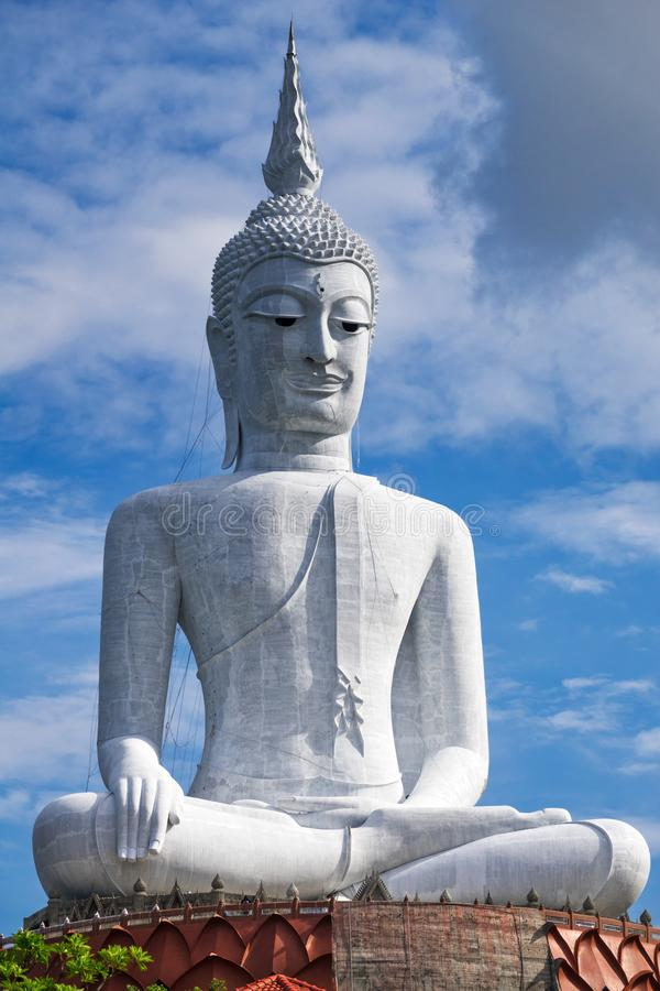 Riesiger Buddha in Mukdahan Thailand stockbild