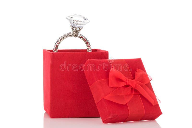 Riesiger Diamantring im roten Kasten lokalisiert auf weißem Hintergrund lizenzfreie stockfotografie