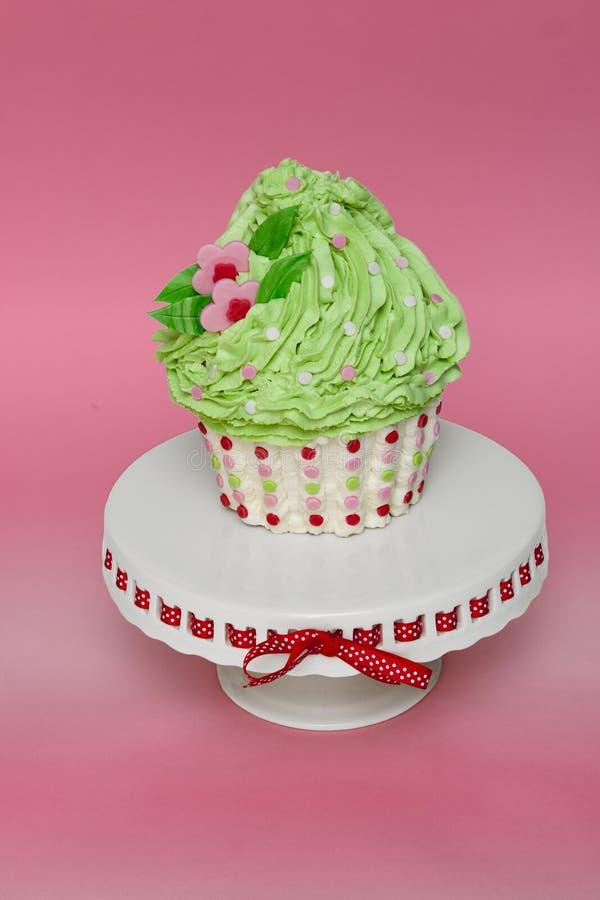 Riesiger kleiner Kuchen mit dem grünen Bereifen lizenzfreie stockbilder