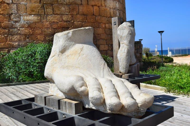 Riesiger menschlicher Fuß schnitzte von einem Stein in Nationalpark Caesareas Maritima, Israel lizenzfreie stockfotos