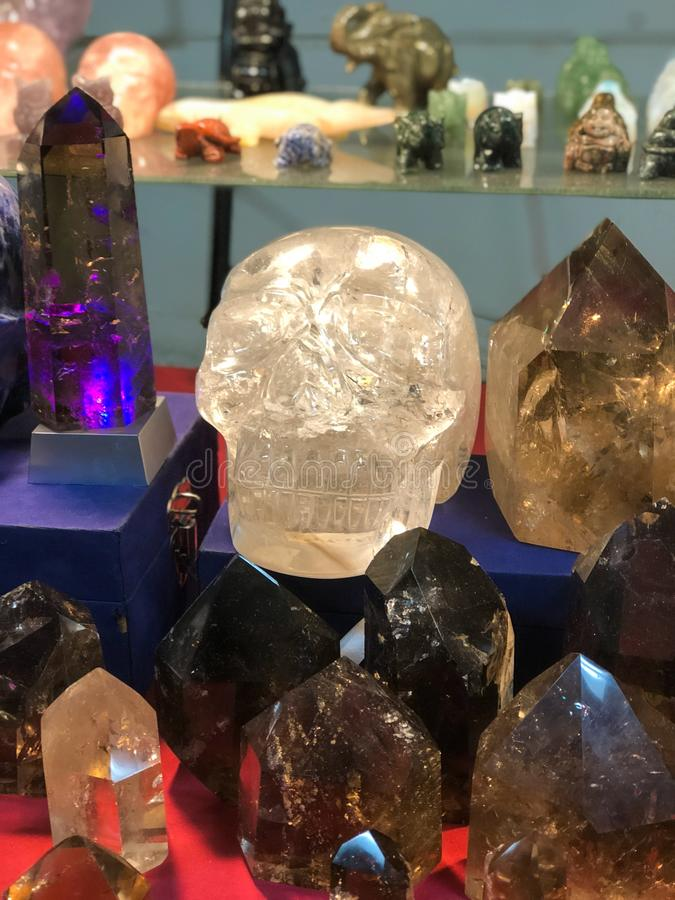 Riesiger Quarz Crystal Skull und andere Kristalle stockbilder