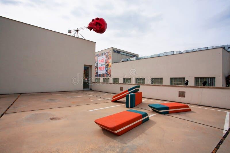 Riesiger Schädel gesetzt auf das Dach des Museums der zeitgenössischer Kunst stockfotografie