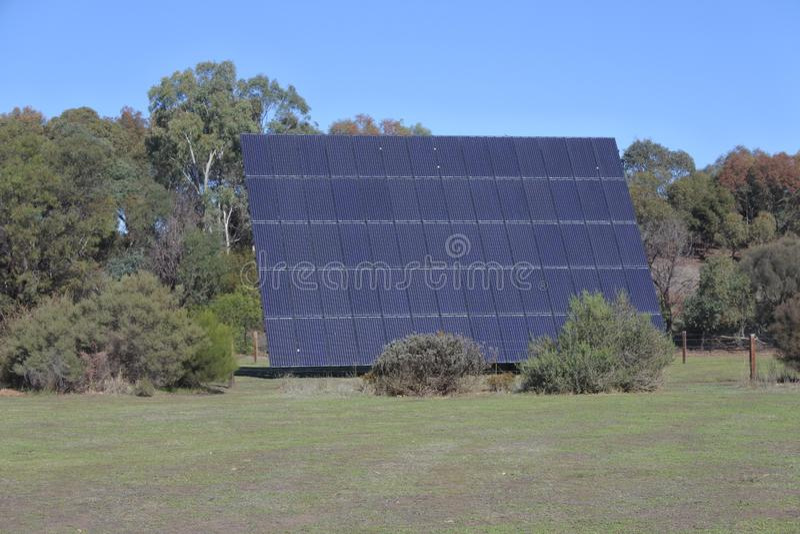 Riesiger Sonnenkollektor, der draußen die Sonne an einem sonnigen Tag gegenüberstellt lizenzfreies stockbild