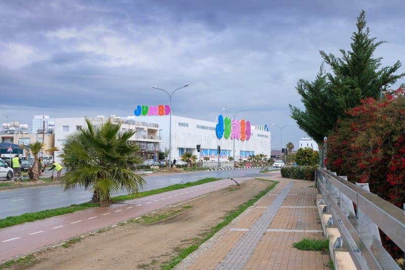 Riesiger Speicher in Larnaka, einer der größten Einzelhändler, deren Haupt- Tätigkeit die Verteilung von Kind-` s ist, spielt stockfotos