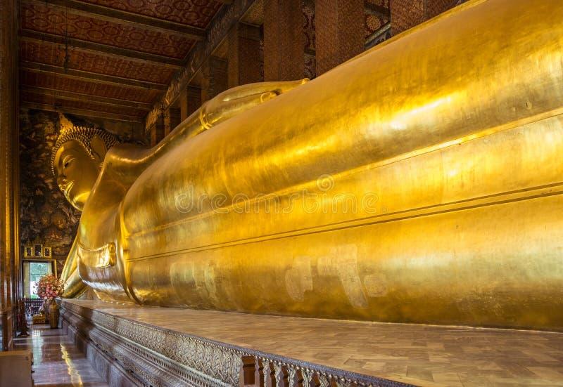 Riesiger stützender Buddha bei Wat Pho Temple in Bangkok lizenzfreies stockfoto