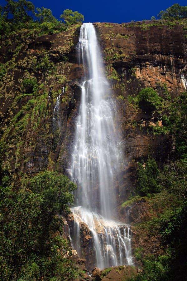 Riesiger tropischer Wasserfall Bambarakanda lizenzfreies stockfoto
