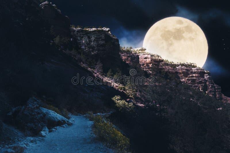 Riesiger Vollmond bei Grand Canyon Surreale Landschaft in den kalten blauen Tönen stockfoto
