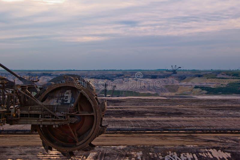 Riesiges Rad des Exkavators stockfotografie